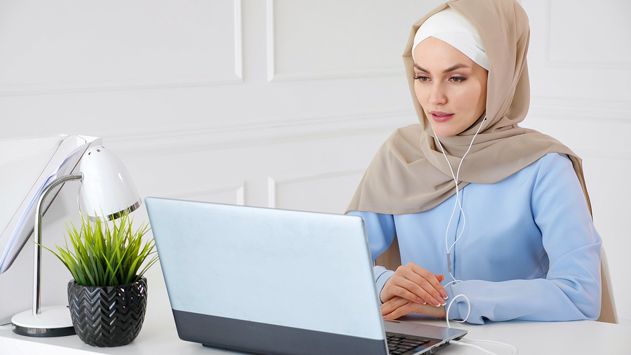woman studying english tenses online with lingoda
