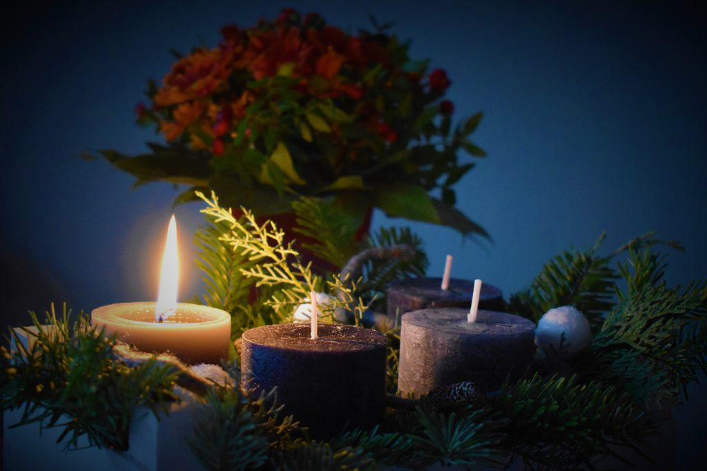 advent candels on the table with one candel lit for the first advent