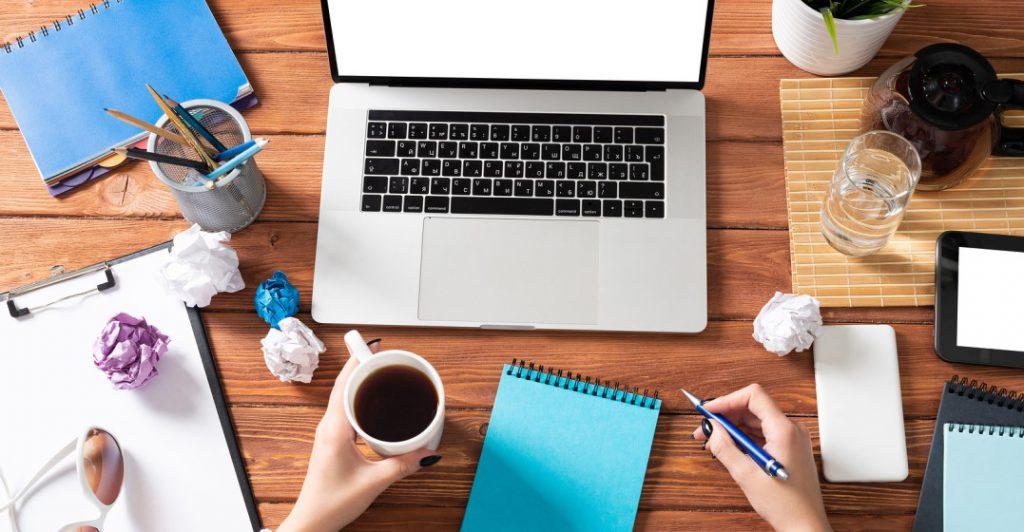 escritorio ordenado que muestra a alguien formando un buen hábito al aprender un idioma