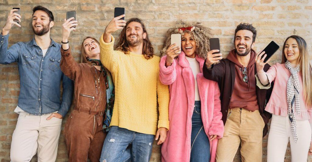 Gruppe von Freunden in sozialen Medien zu sehr eine schlechte Gewohnheit, sich selbst zu nehmen