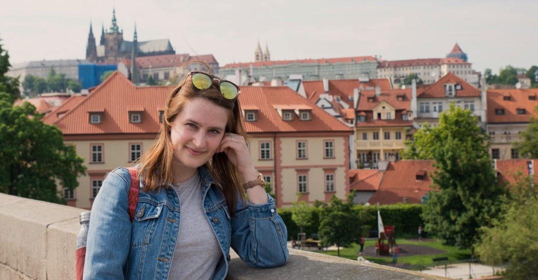 kate disfrutando de Praga mientras viaja por Europa después de aprender un nuevo idioma con lingoda