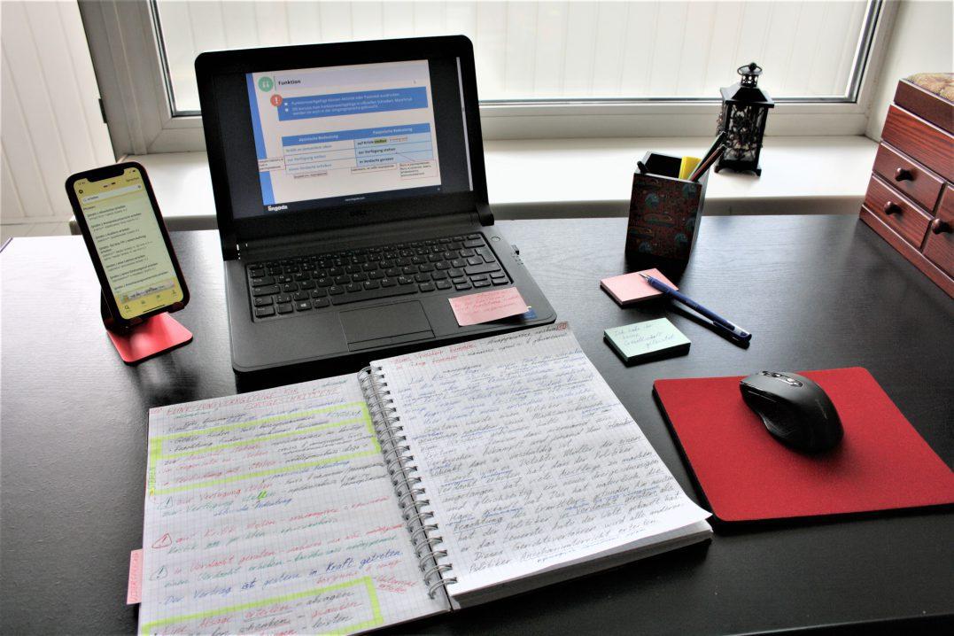 annas Schreibtisch, wo sie mit lingoda lernt und wo sie Feedback zum Produkt gibt