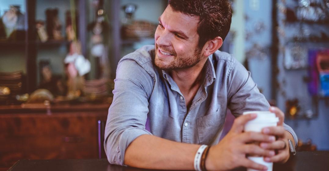 man reviewing Duolingo vs Babbel vs Lingoda