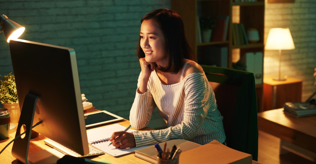 a woman studying Spanish collocations online