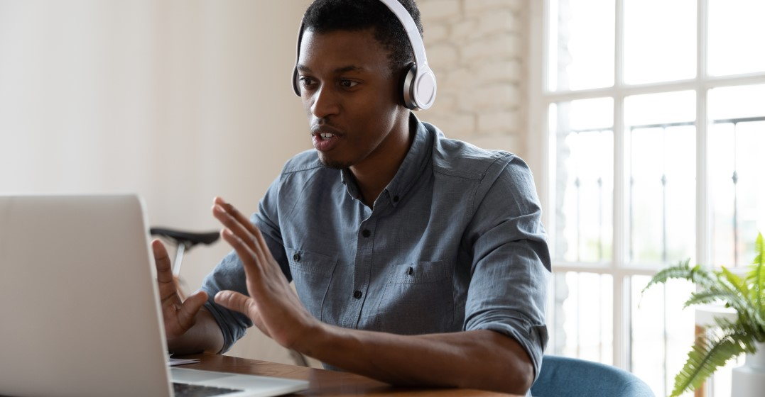 young man learning spanish adverbs of frequency online