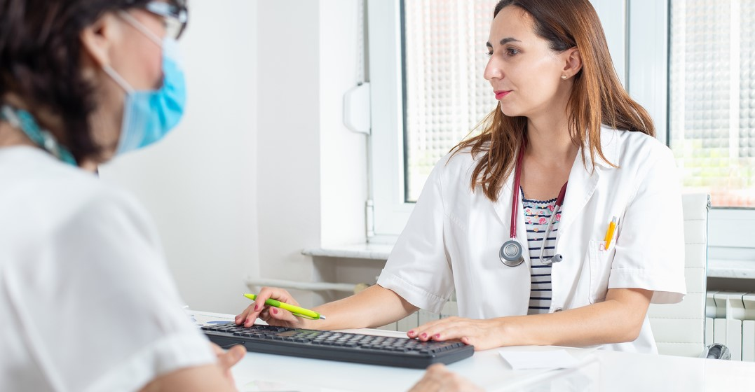 woman going to an appointment to see a doctor in spanish