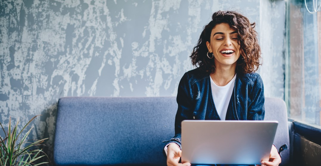 female freelancer who is smiling as she has secured new clients