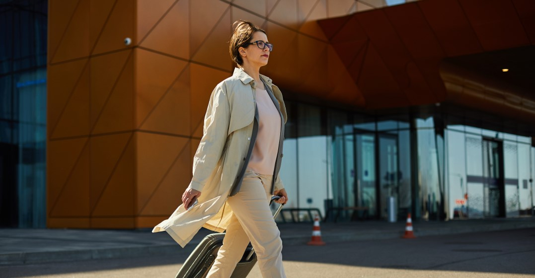 woman leaving work after handing her notice in